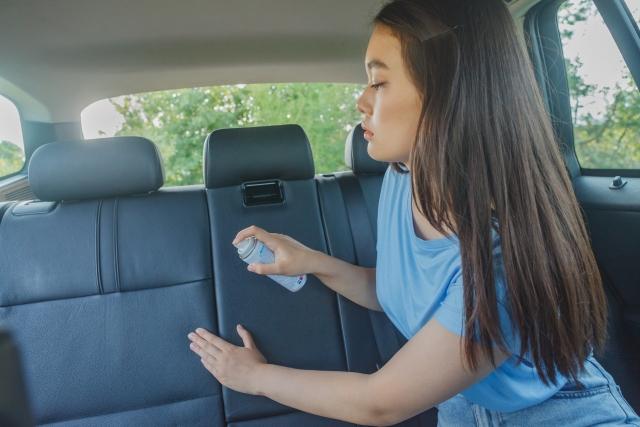車内清掃する女性